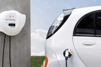 oder mit 3,7 kWh für i-MiEV oder LEAF - immer Ladekabel fest angeschlossen