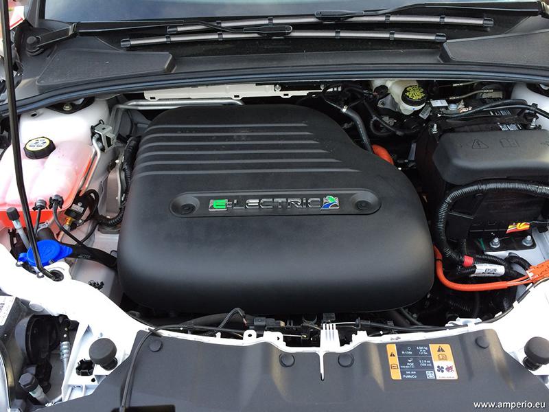 12. Der Motorraum ist voller Elektrik und Antriebstechnik