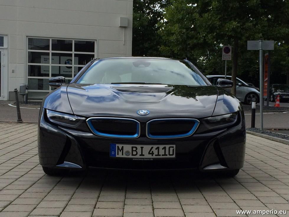 8. Auch vorne typisch BMW in Version flach und breit. Die Haube lässt sich nicht öffnen.