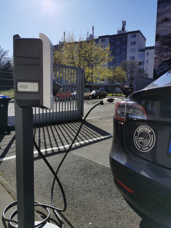 Foto von eichrechtskonformer Ladestation und Elektroauto